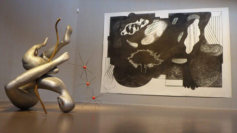 Zaaloverzicht met grote tekening zonder titel, 2017 van Arno Kramer, beelden van Henk Visch van l naar r Heute, 30. März 2017, 2016 en Take an extra day to complete the work, 2008.
