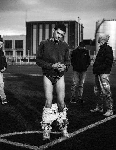 jonge man met afgezakte broek op een plein